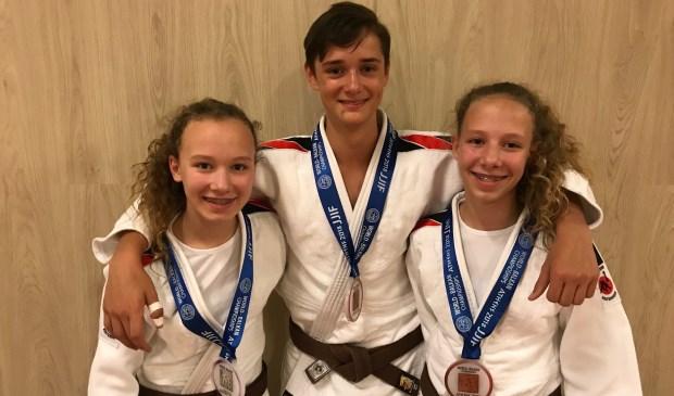 Tijdens het officieuze Wereld Kampioenschap Jiu-Jitsu voor de jeugd -15 jaar is er zilver en brons behaald: Gwen van Poelgeest, Kars van den Boogaard en Amy van Poelgeest (Tom Molenaar ontbreekt). Foto: pr