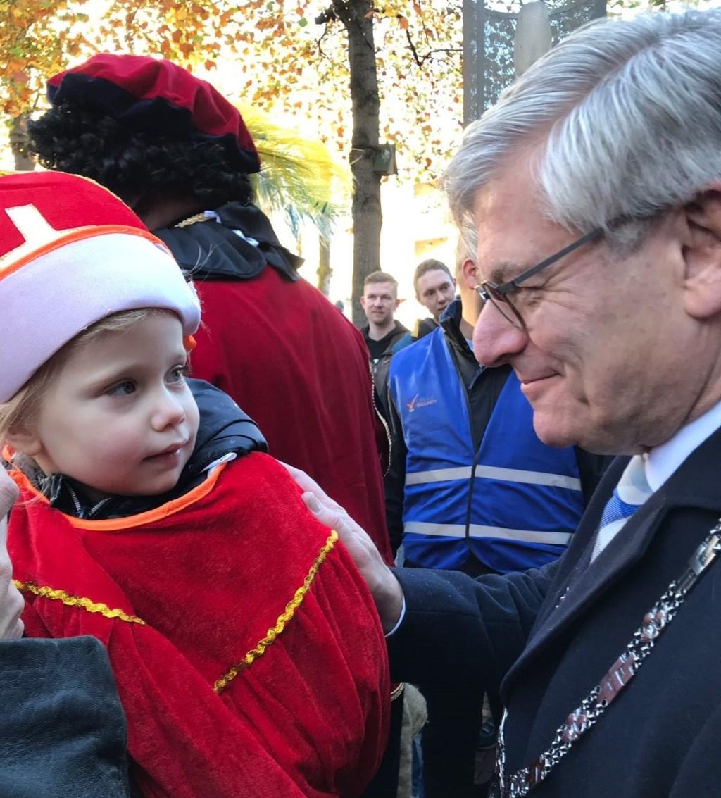 Burgemeester Charlie Aptroot was natuurlijk ook van de partij. Hier op de foto met de 3-jarige Julia. Foto: Jacqueline Leget  © Postiljon