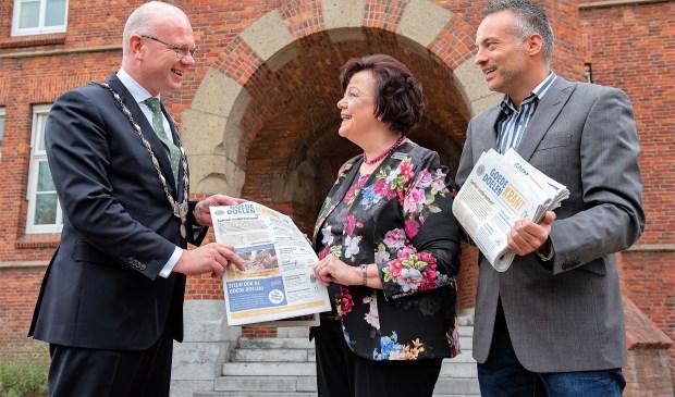 Ook burgemeester Klaas Tigelaar kreeg een exemplaar overhandigd door clubpresident Marianne Knijnenburg van de Lionsclub Prinses Marianne en Karlo Wessels van Het Krantje Leidschendam-Voorburg (foto: Michel Groen).