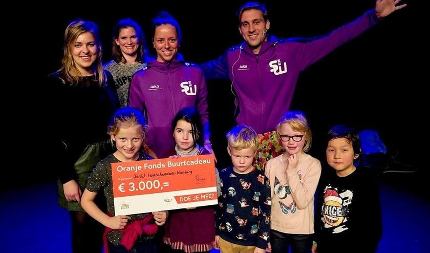 Het Oranje Fonds reikte vorige week woensdag een Buurtcadeau uit aan Sport en Welzijn (foto: pr SenW).