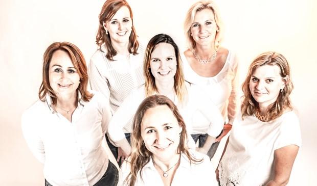 Het team van JewelEar dat onlangs is uitgebreid met audicien Merel. Verder op de foto Marije, Marieke, Dorothea, Marjolein en Eline zelf. Foto: Lourenz Ruiter