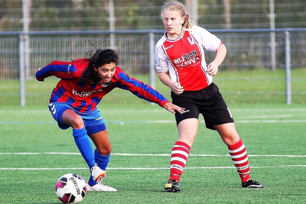 Verdediger Merijn Buitenhek (RKAVV Vrouwen) speelde haar directe tegenstander uit de wedstrijd (foto: AW).  © Het Krantje