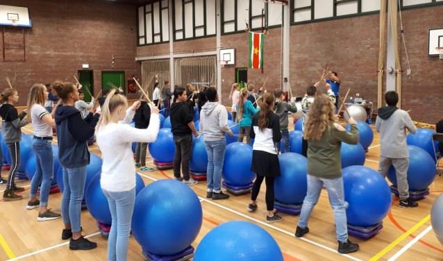 Ook drumtastic, een ritmische work-out, stond op het programma voor de eersteklassers. Foto: pr