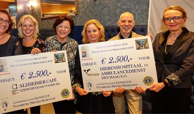 V.l.n.r. Conny van Dam en Marjan Koot, Lion Marianne Knijnenburg, Henny Greven en Pieter Smit en Lion Margaret Diekhuis (foto-Ardito).