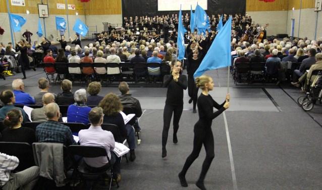 Balletstudio Belinda zorgde met bijpassende bewegingen in combinatie met bewegende beelden op een groot scherm voor een totaalervaring.