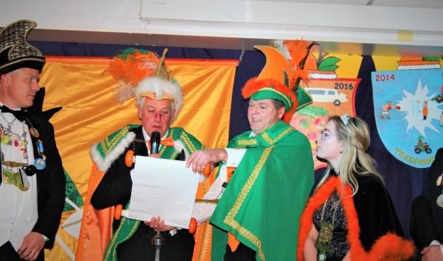 De proclamatie wordt  voorgelezen na de  bekendmaking van het nieuwe prinsenpaar (archieffoto pr).