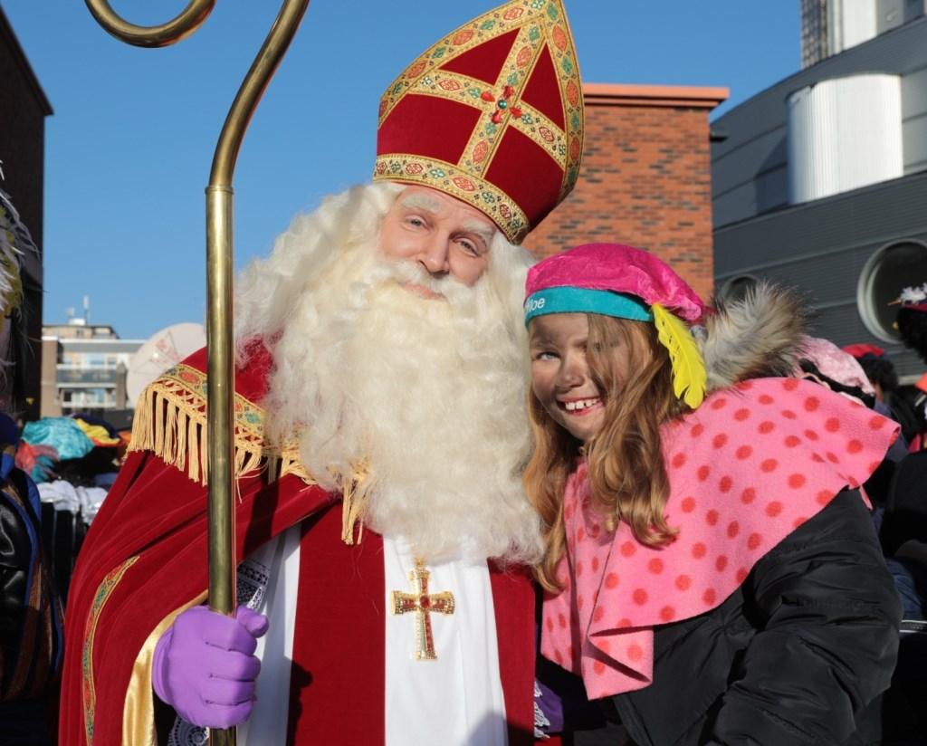De Sint maakte even tijd vrij voor deze speciale foto. Foto: Jan van Es  © Postiljon