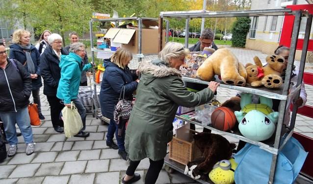 Er komen al honderden sinterklaascadeautjes binnen bij het inpakstation aan het Fluitpolderplein (foto: pr WOeJ).