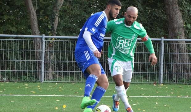 Haatim Suleiman, die de twee doelpunten voor s.v. DWO maakte, aan de bal. Foto: pr