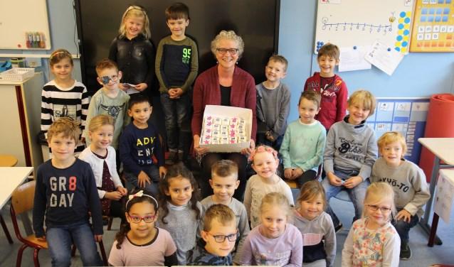 Voordat de leerlingen van groep 3 lekker genoten van de traktatie, gingen ze even op de foto met juf Yvonne.