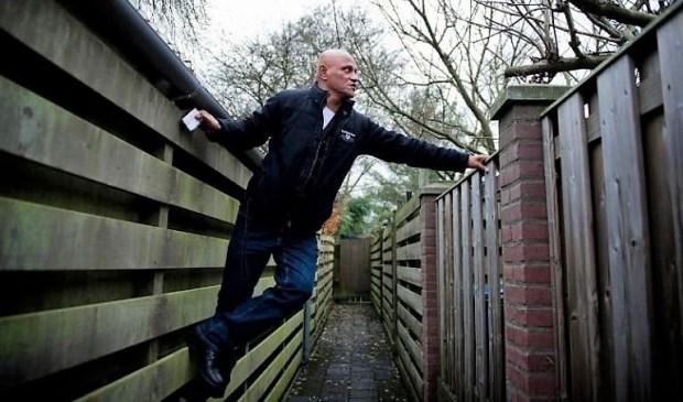 Jansen demonstreert hoe hij te werk gaat (foto: Evert Jansen).