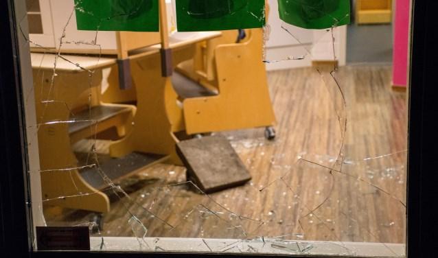 Een stoeptegel werd afgelopen weekend door de ruit van een  kinderdagverblijf gegooid (foto: AS Media).