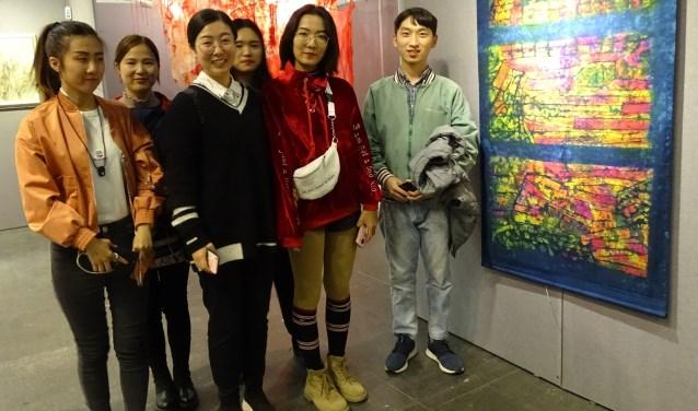 Chinese studenten hadden tijdens de Textielbiënnale in Beijing veel belangstelling voor het werk van Ria van Dijk. Foto: pr