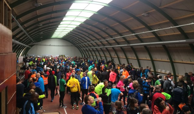 Gezellige drukte in de Ilion Atletenfabriek, vlak voor de start. Foto: Jan Smit