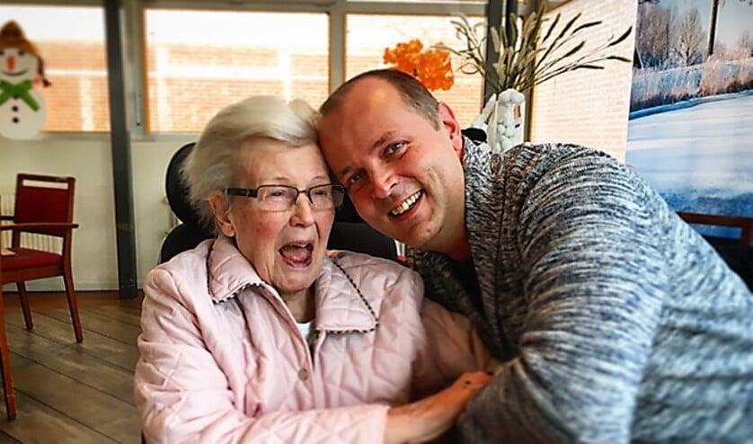 Jurrien kietelt zijn tante met alzheimer, waar hij met liefde voor zorgt (tekst/foto: Naomi Defoer).