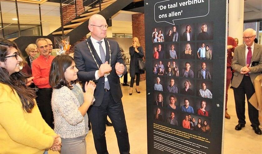 Burgemeester Klaas Tigelaar heeft de fototentoonstelling 'Omzien Naar Elkaar' van statushouders en maatjes geopend (foto: Ap de Heus).