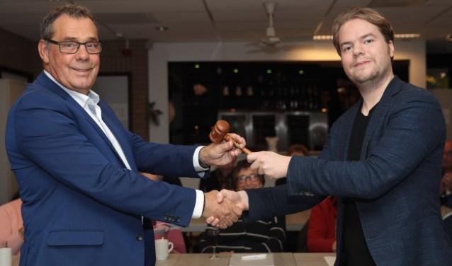 Overdracht van het voorzitterschap (en hamer) van Don Braad (l.) van Wijkvereniging Rokkeveen aan Marc van der Ham. Foto: Jan van Es