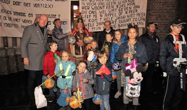 De kinderen van de lampionnenoptocht werden bij de St. Martinuskerk opgewacht door de burgemeester en St. Maarten (foto: Ap de Heus).