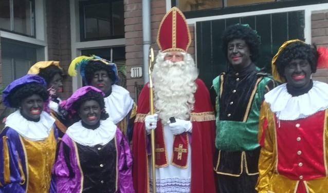 Vanwege de mist moesten de Sint en zijn Pieten in allerijl ander vervoer regelen naar Benthuizen. Foto: pr