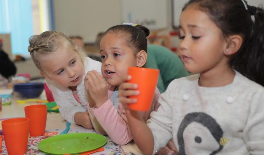Voor de kinderen van De Waterlelie was het educatieve ontbijt weer een smakelijk en leuk festijn. Foto: Jan van Es