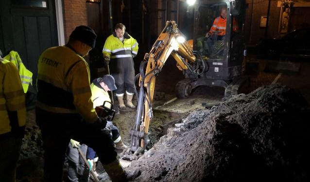 Medewerkers van Stedin druk aan het werk om de kabelbreuk te herstellen (bron/foto: Leon de la Croix).