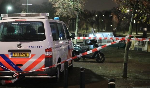 De politie zette de omgeving af, waarna Forensische Opsporing onderzoek op de boot verrichtte (foto: Daan van den Ende).