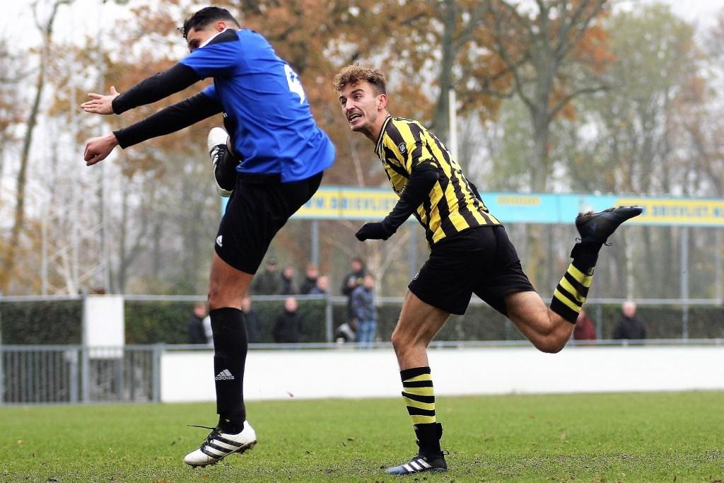 De kopbal van Jake Smart (Wilhelmus) voor rust trof geen doel; na rust scoorde hij wel (foto: AW).  © Het Krantje