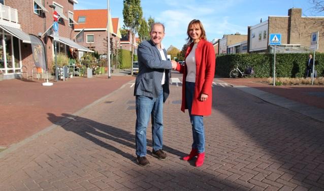 Erwin Steendam en Kim Kleijweg komen tot elkaar op de gebiedsgrens: de as van de Koningin Julianastraat.