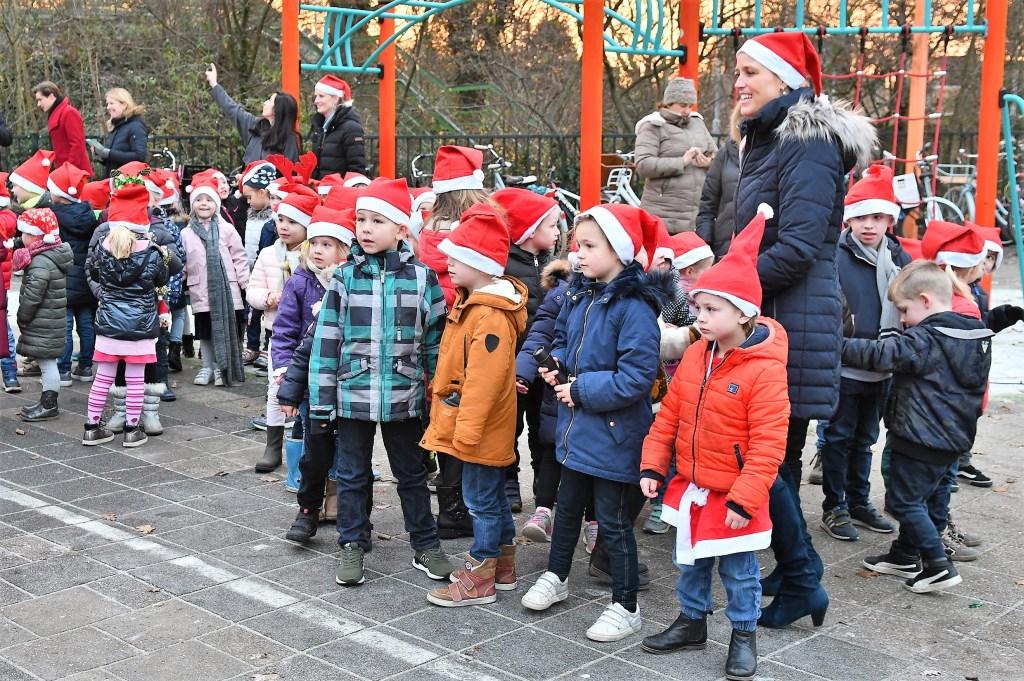 De kinderen buiten op het schoolplein. Eventuele foute kersttruien wellicht onder de jas (foto: Nico van der Ven). Nico van der Ven © Het Krantje
