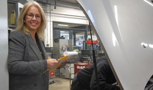 Tessy brengt de werkorder naar de garage waar de collega's van Carteam Harteveld aan de slag gaan, in december met nog meer plezier. Want dan is de sfeer nog leuker.