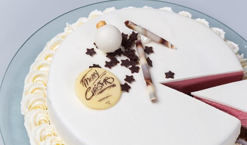 Je ziet hier heel goed dat deze taart vanbinnen twee lagen verschillende smaken heerlijk ambachtelijk ijs heeft. Er zijn veertig smaken om uit te kiezen.