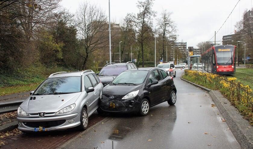 Na eerst een andere auto te hebben geraakt, kwam het voertuig tegen een andere auto tot stilstand (foto: AS Media).