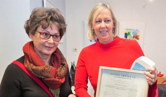 Wethouder Astrid van Eekelen overhandigde de prijs aan Jolanda Verdegaal (foto pr ArtiBrak).