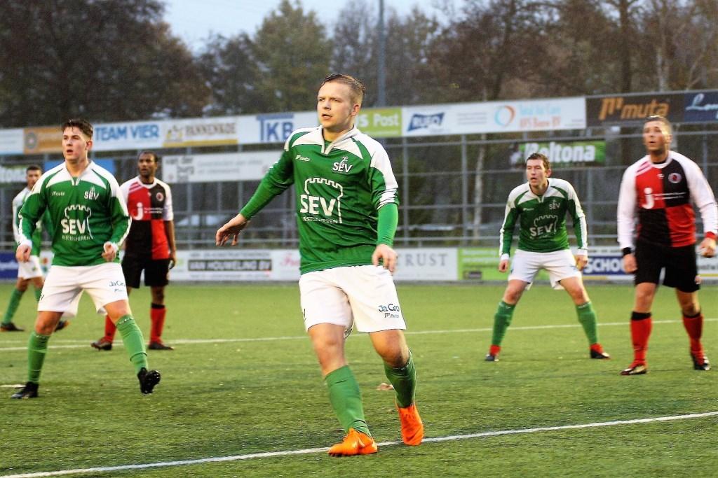 De 4 SEV-doelpuntenmakers Bendahman (achtergrond links), Wühl, Koning & Janssen (op voorgrond) op een rij (foto: AW).  © Het Krantje