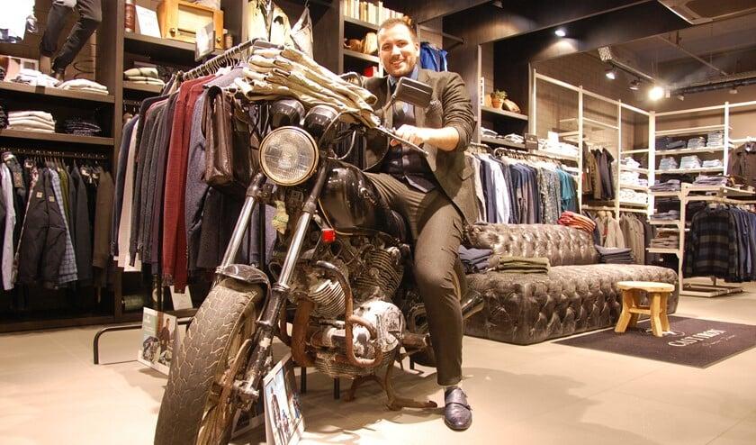 Gastheer/verkoopadviseur Jeffrey Boensma zorgt ervoor dat winkelen voor mannen geen bezoeking wordt.