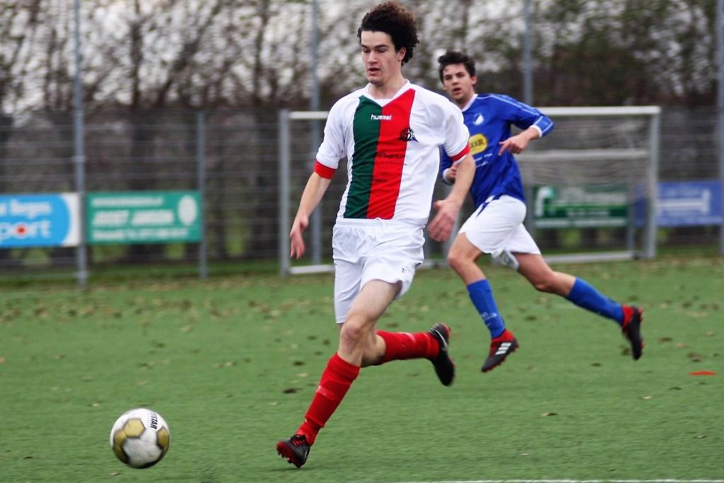 JO19-1 spits Bart v. Boggelen (Stompwijk'92) debuteerde met een doelpunt (foto: AW).  © Het Krantje