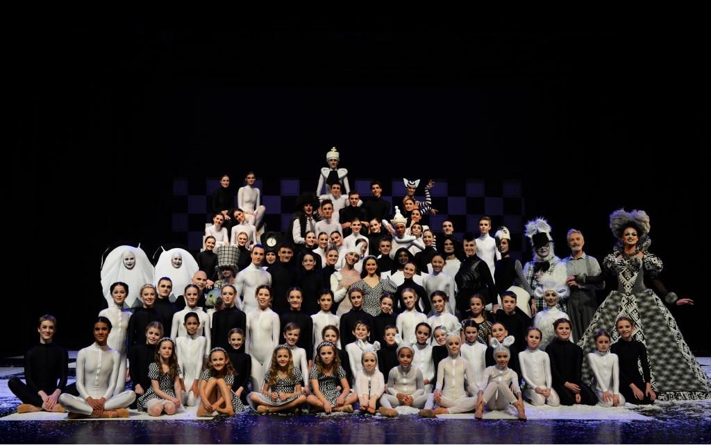 De hele cast van de voorstelling 'Alice in Winter Wonderland'. Foto: Menno v/d Meer  © Postiljon