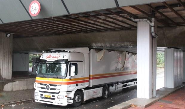 Het viaduct bleek lager te zijn dan de vrachtwagenchauffeur dacht. Foto: Spa-Media