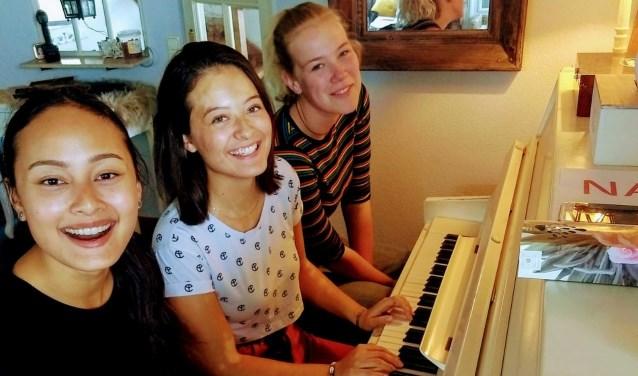 De groep 'The Generations', deels afkomstig uit Zoetermeer, bestaat uit enkele moeders en (zie foto) dochters. Tekst en foto: Leon Klein