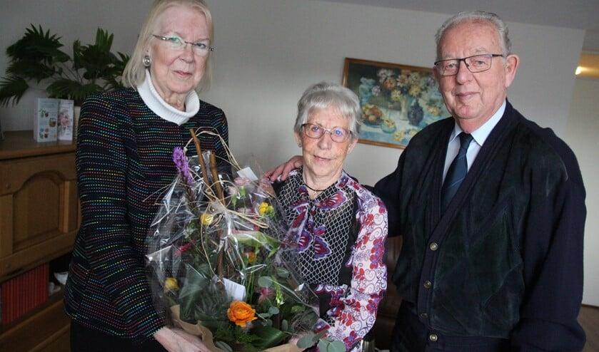 Het diamanten bruidspaar met burgemeester Francisca Ravestein in hun nieuwe appartement met voortuintje in Het Helmhuis.