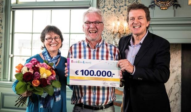 Jack uit Leidschendam ontvangt, in het bijzijn van zijn vrouw Aletta, een cheque van 100.000 euro uit handen van BankGiro Loterij-ambassadeur Robert ten Brink (foto: Jurgen Jacob Lodder).