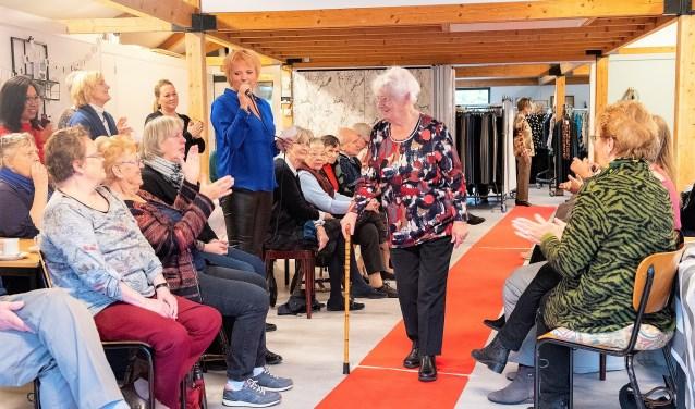 Er werd verwachtingsvol uitgekeken werd naar de mannequins: zes deelnemers aan de Koffieochtend tussen de 70 en 93 jaar die op hun eigen wijze op de muziek over de rode loper liepen (foto: Michel Groen).