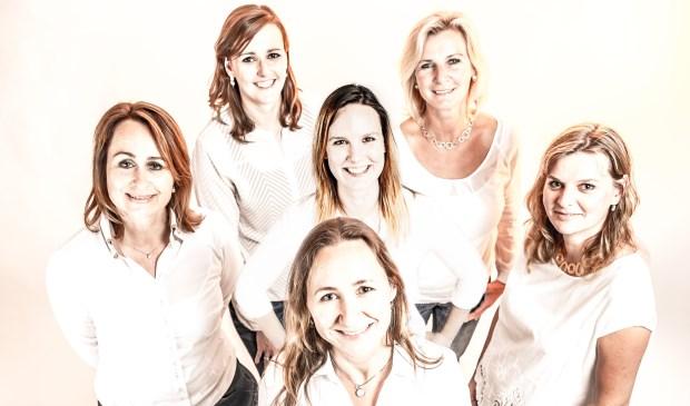 Het team van JewelEar dat onlangs is uitgebreid met audicien Merel. Verder op de foto Marije, Marieke, Dorothea, Marjolein en Eline zelf.