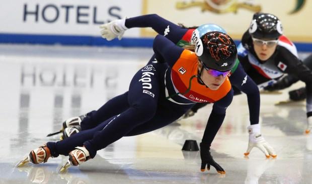 Yara van Kerkhof is de eerste Nederlandse vrouw met olympische shorttrackmedaille. Op de foto Yara tijdens de strijd om de tweede Wereldbeker shorttrack in Dordrecht. Deze Wereldbekerwedstrijd was tevens een van de vier kwalificatiewedstrijden voor de Olympische Winterspelen in Zuid-Korea. Foto: Hank Prinsen