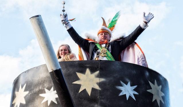 Prins Strooppie en Page Rafaëlla van De Damzwabbers op hun carnavalskart (foto: Michel Groen).