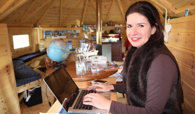 In haar gezellige houten reischalet stelt Sandra Burik samen met u mooie droomreizen samen.