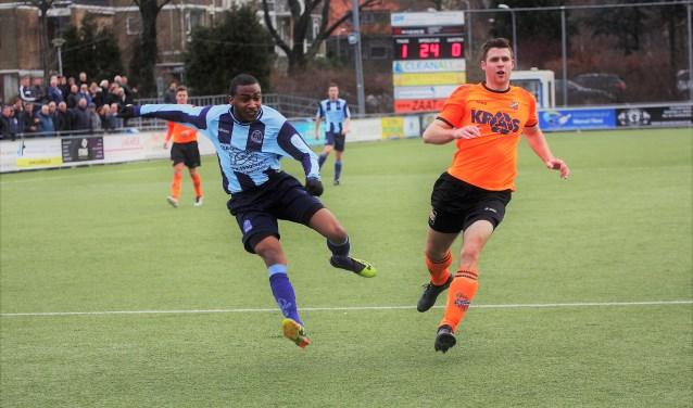 Chadion Melfor (Forum Sport) ziet dé kans op 2-0 ternauwernood gekeerd worden door de keeper van Volendam (foto: AW).