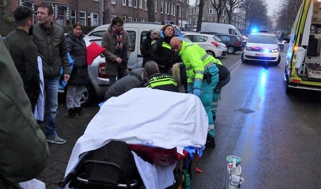 Met hulp van omstanders werd de vrouw op de brancard omhoog getild (foto: Ap de Heus).
