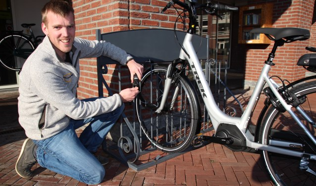 Het begint met goede sloten, zegt Jeroen Tijssen van Hans Struijk Fietsen. De Nootdorpse fietsenzaak stelt een mooi slot beschikbaar dat volgende week wordt verloot onder de deelnemers aan de graveeractie.