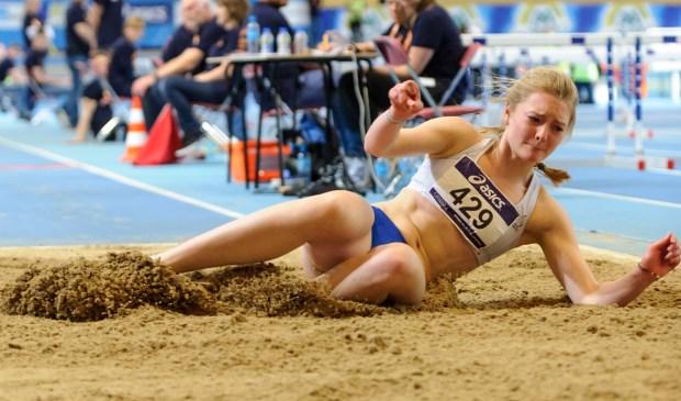 Landing van Britta de Haan bij het nummer hinkstapspringen. Zij won dat nummer met een prachtige sprongserie van 11,75m, 11,70m en met haar laatste sprong overbrugde ze 11,79m. Foto: Ed Turk fotografie
